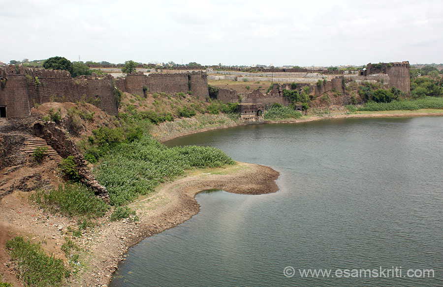 "Side view of water body with fort wall. Fort fortified in many ways. To see pics of Raigarh Fort <a href=""http://www.esamskriti.com/photo-detail/Raigarh-Fort.aspx"" target=""_blank"">Click here</a>"