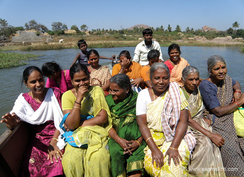 I was told the Surya temple was in the centre of the river so when I saw a boat coming got into it. Little did I know that the boat was going to Sri Nava Brindavana Darshini considered as a place of piligramage by many. U see ladies sitting in the boat.