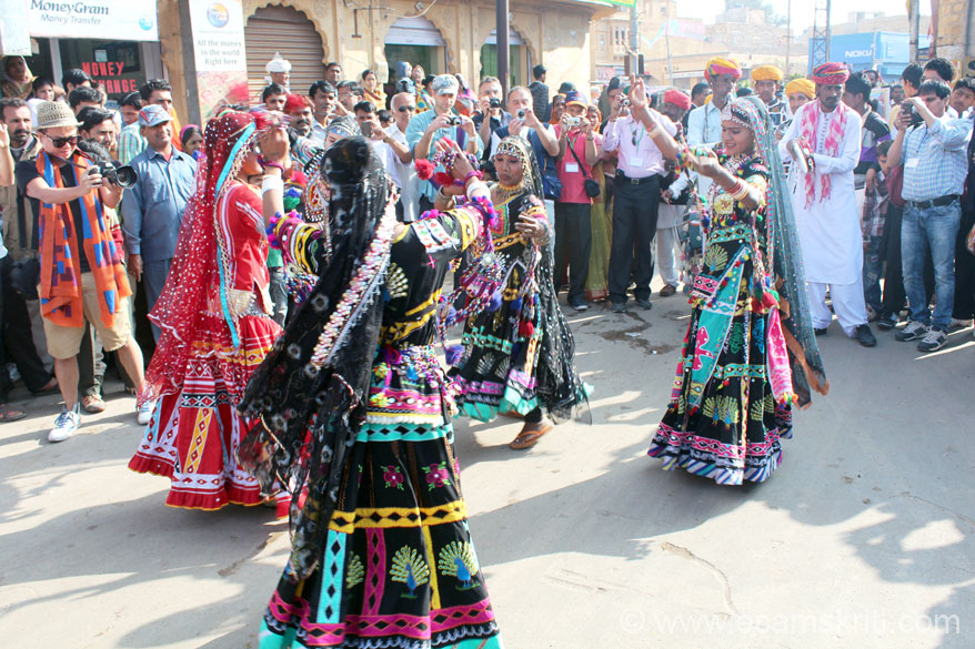 Ladies performing the Kalbeliya dance, part of Kalunath Jogi``s group. This dance and music had me captivated for all of 3 days of the Jaisalmer Festival. In English they call it Gypsy  dance. The dance is associated with snake charmers. Ladies wear traditional black skirt. To know about Kalbeliya Dance, see Videos <a target=_blank href=http://www.ekunji.com/entertainment/indian_dance/rajasthani_dance/kalbelia_dance/kalbelia_dance.htm>Click here</a>