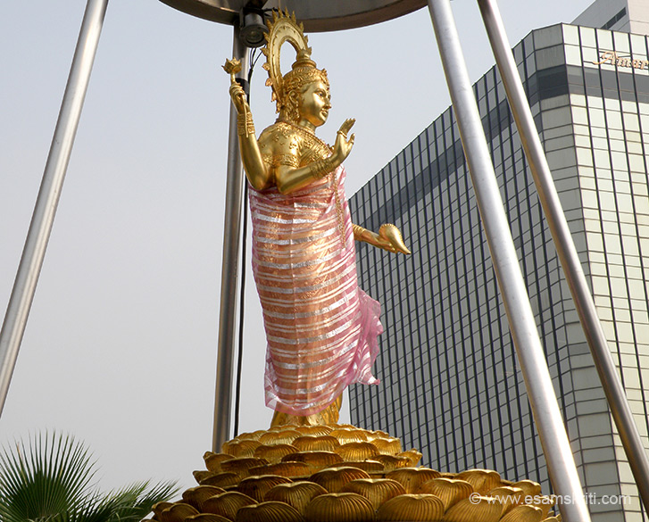 On the opposite side of the road in the terrace garden of Gaysorn Plaza is a image of Goddess Lakshmi. It is not as popular as the Lord Indra or Brahma shrines but did meet quite a few devotees there.