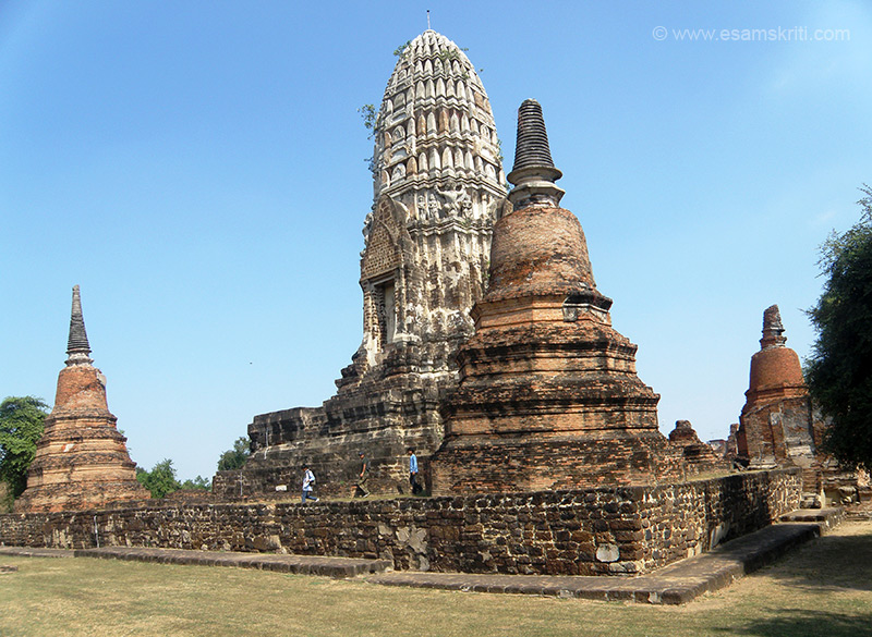 A rear view of the Chedi. There are small stupas at each corner three of which you can see. All of this is made in brick, I wonder why only brick was used.