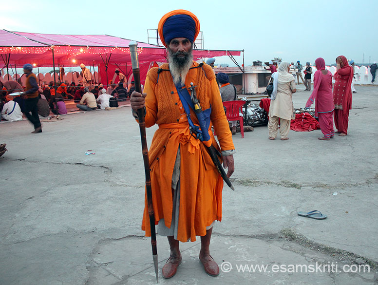 Close to the langar in Shri Keshgarh Sahib Gurudwara met this aging warrior Baba Deep Singh. We ate food in the langar together and I got chatting with him there. He asked me to click