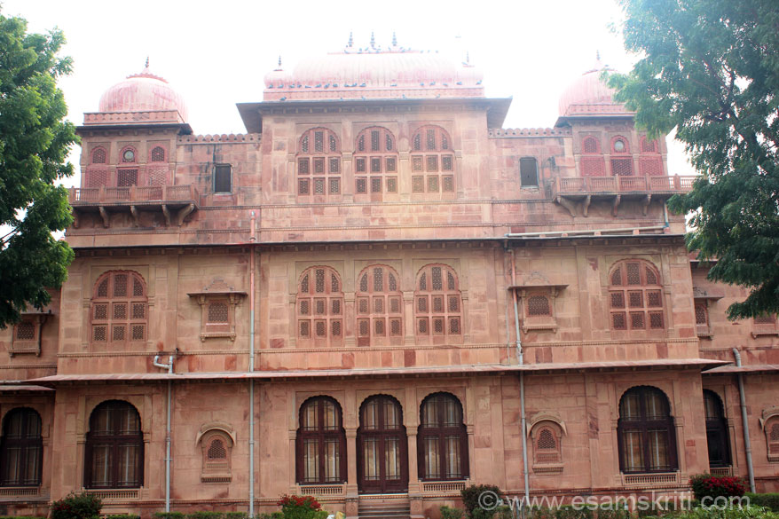Southern side houses the current Maharaja``s family. Pic against rising sun so not come as well as I would like.