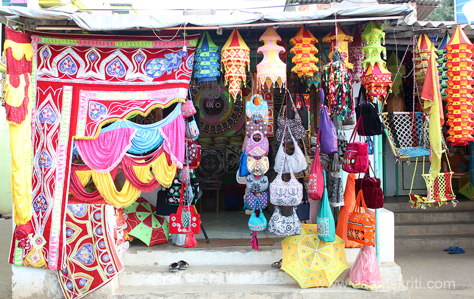 Pipli is best known for its Applique work and slightly over an hour``s drive from Bhubaneswar. U take a slight diversion from the national highway into the village. Road is full of shops. 