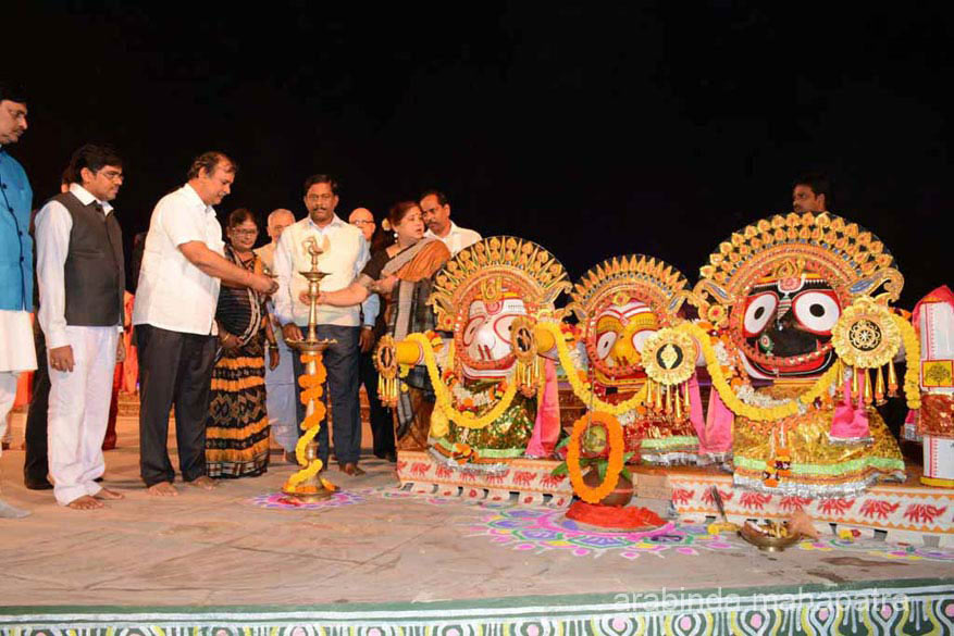 The festival is held from December 1-5 every year in the Open Air Auditorium at Konarak. The cultural evening commenced with the lighting of lamp by ministers and officials from the Odisha government. All captions by Editor. Do not understand dance as such, in case of errors please overlook or correct.