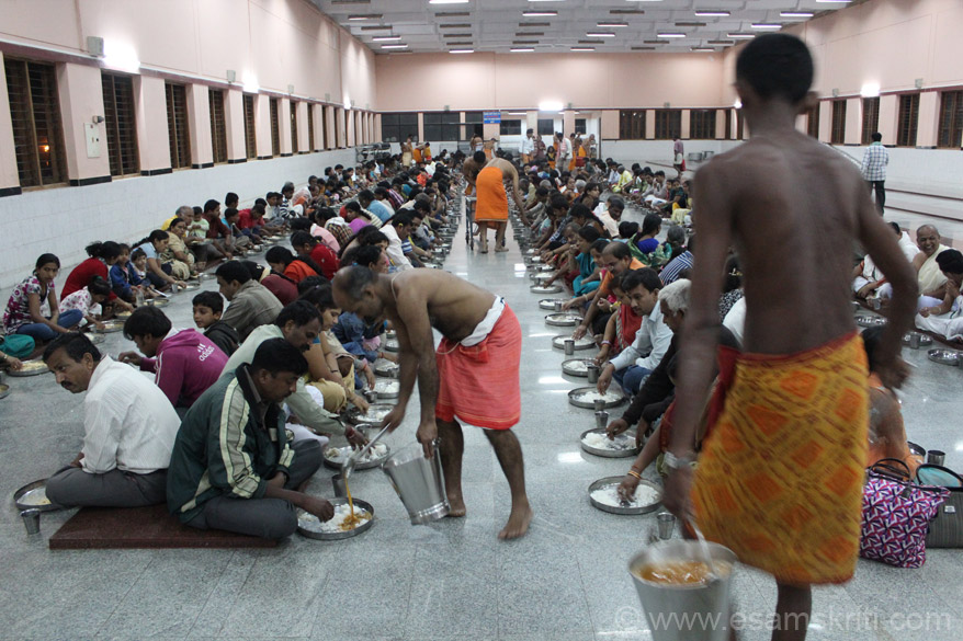 Normal meal is rice, sambar, kurma and butter-milk. Sambar is carried in buckets as u see. The same food is served to all devotees irrespective of caste, creed, economic status etc. A
