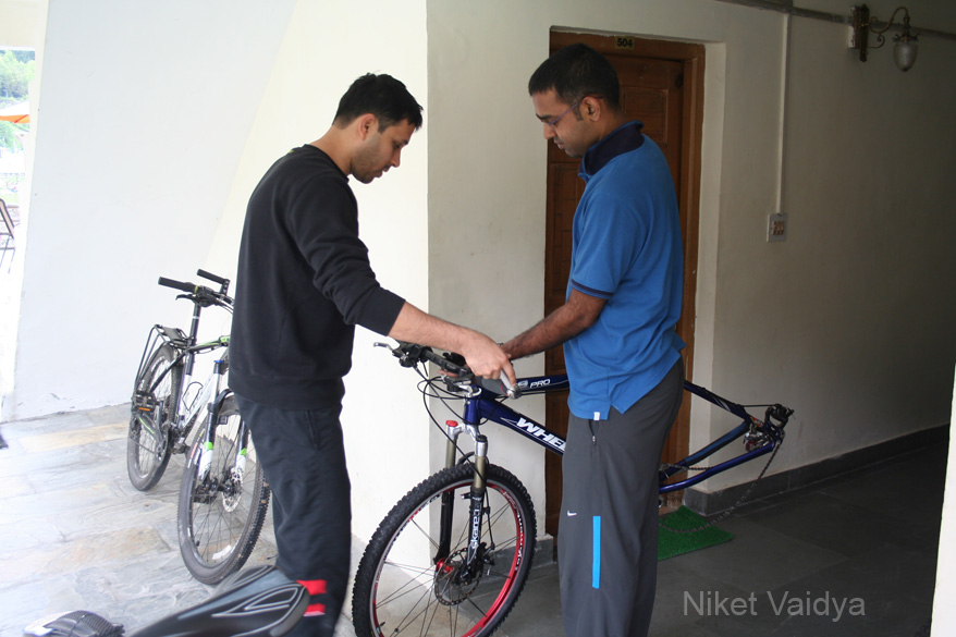 Setting up my bike with Ashwin. We started our trip from Solang Valley in Manali, and flew back from Leh to Delhi.