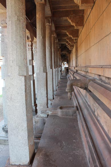 There is a walkway all around the temple. This long corridor that u see is from one end of the temple to the other. It also gives u an idea of how the pillars are placed in two lines - see left