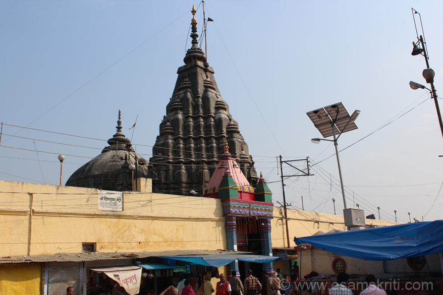 This is the Vishnupad Temple in Gaya. In 1787 Queen Ahilya Bai built the Vishnu temple on the banks of river Falgu. Ahilya Bai also built a temple at Somnath and a ghat at Kashi. She made temples at