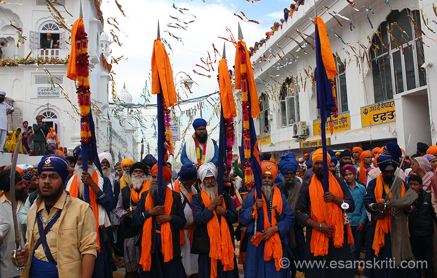 Whilst younger warriors are fighting, the head of this warrior group came on a horse flanked by warriors. Note 5 persons are holding the flag representing, what I think, the Panj Pyares or the 5 Beloves Ones. Warriors from this group brandish their swords n then start Gatka games.
