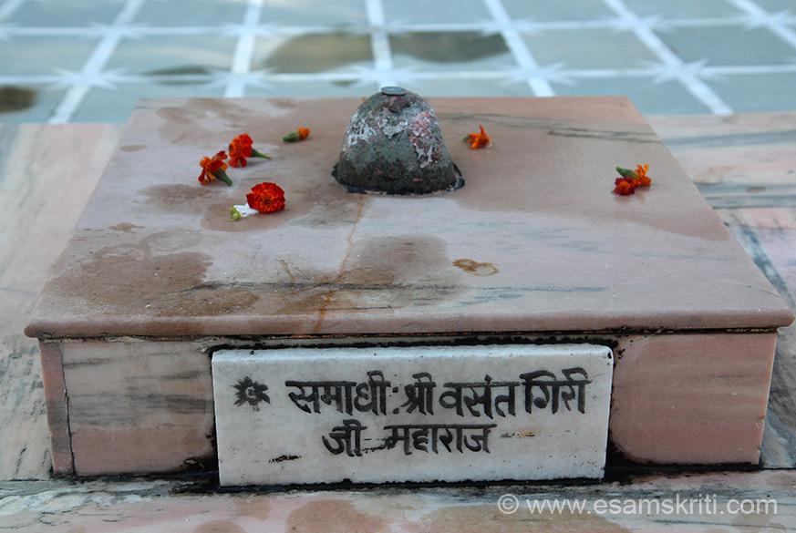 Temple area has samadahis of number of Gurus who meditated here. One such Guru is Shri Vasant Giriji Maharaj.