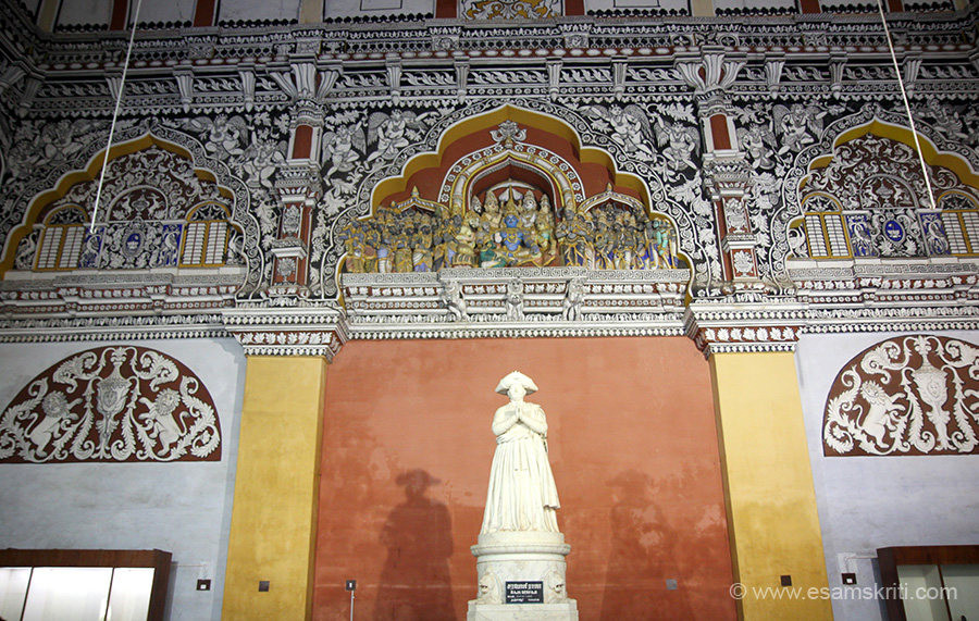 "Now enter the Nayak Durbar Hall. U see statue of RAJA SERFOJI 1792 to 1832. To read about Maratha history of Thanjavur <a href=""http://www.mythanjavur.com/about-thanjavur/maratha-history/