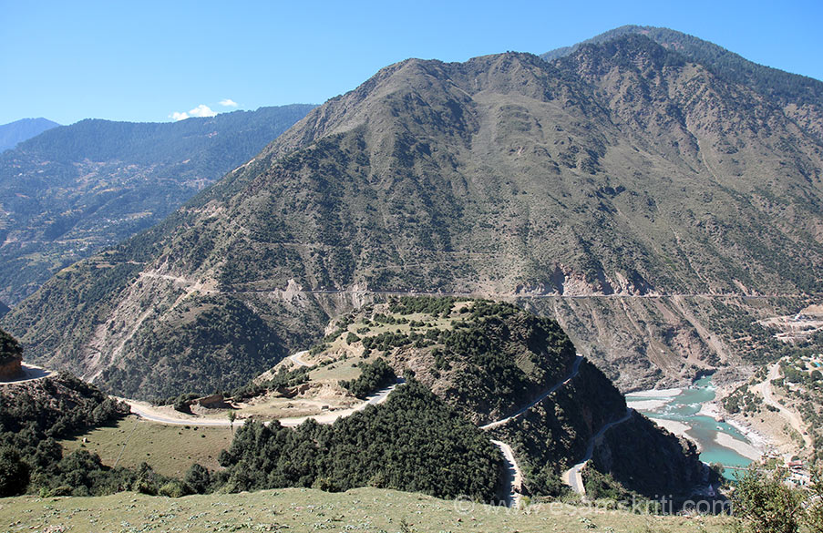 Right of pic corner is river Chenab i.e. where we came from. From that low point we drove uphill (u can see road) to reach Kishtwar. The town is at a height of 5,400 feet and has an area of 7,737 sq kms (Valley has area of 15,940 sq kms), so in area terms Kishtwar is quite large.