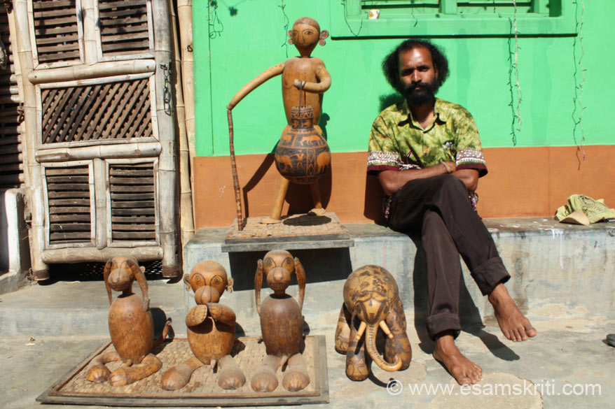 U see craftsman Jagat Ram with his work. He uses lauki (bottle gourd) to make lampshades. The elephant, monkey images are made from lauki. I never heard of this. He lives in a village.