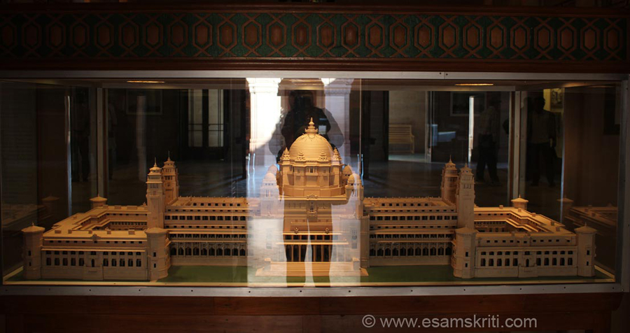 It is very difficult to click a view of the whole palace so sharing this model of the palace as displayed in the museum. This view is of the palace from the western-lawn facing side. This