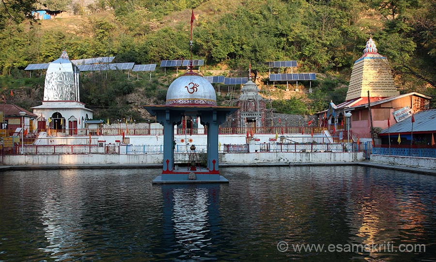 We first went to the Surya Mandir complex in Anantnag adjacent to which is the Mattan Sahib Gurudwara where Guru Nanakji visited. Water in this kund flows continuously and is believed to flow from Shri Amar Nath Ji.