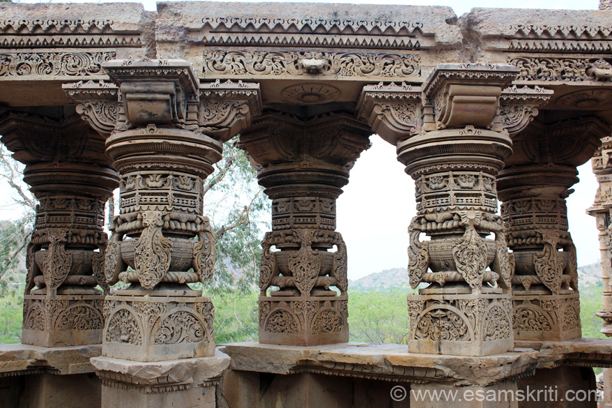 A close up view of the pillars from inside the temple. Note the design and alignment. The inner sanctum has a image of Shivji, missed it. At its base, is a large reverse-curve lotus, which has a resemblance with the early Chola Temples of South India.