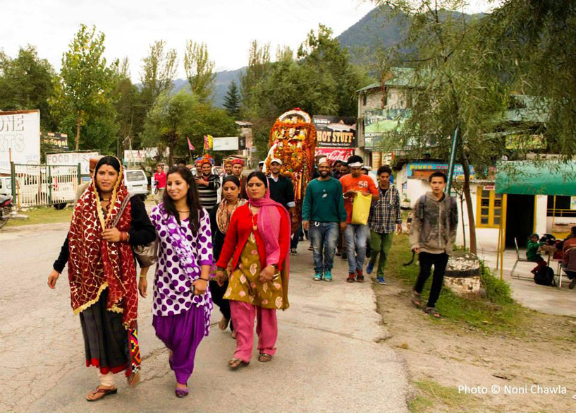 "Happy ``processionists`` en route to Kulu. ""The Kullu Dussehra, started by king of Kullu Jagat Singh in 1665, used to be held at Manikaran, but the king brought the old idols of Lord Raghunath from Manikaran to Kullu, said Maheshwar Singh, the present 'Kardar' of Lord Raghunath, who is hero of all ceremonies."""