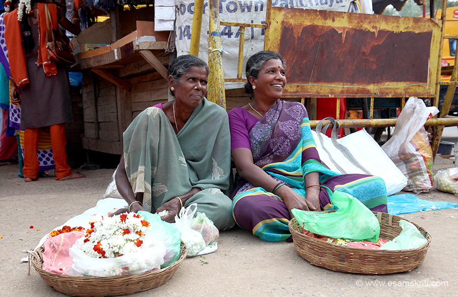 Ladies outside Arunachaleswarar Temple Thiruvannamalai. To see pics of Ramana Maharshi Ashram <a