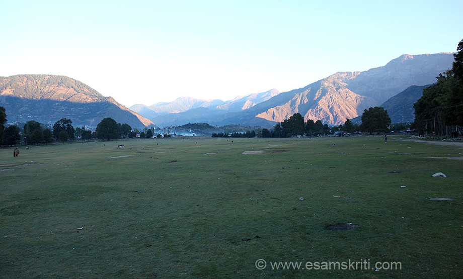 Checked into hotel (good double room for Rs 500/), had chai pakodas. It was quite cold here. Kishtwar is a plateau at a height. I was surprised to see this huge maidan-used for morning walk, playing games. It is surrounded by hills on all sides. There is something about Kishtwar that struck a deep chord within, just loved it.