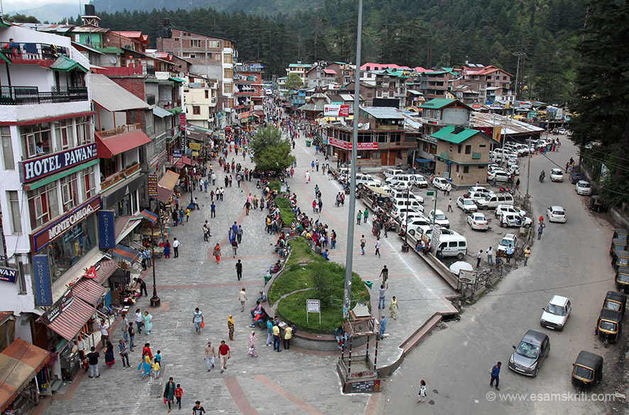 Overview of the Mall Road Manali. Went to the terrace of a hotel to take this pic. U can spend hours at the Mall road just observing people. Lots of places to eat or just sit on the bench and chill.