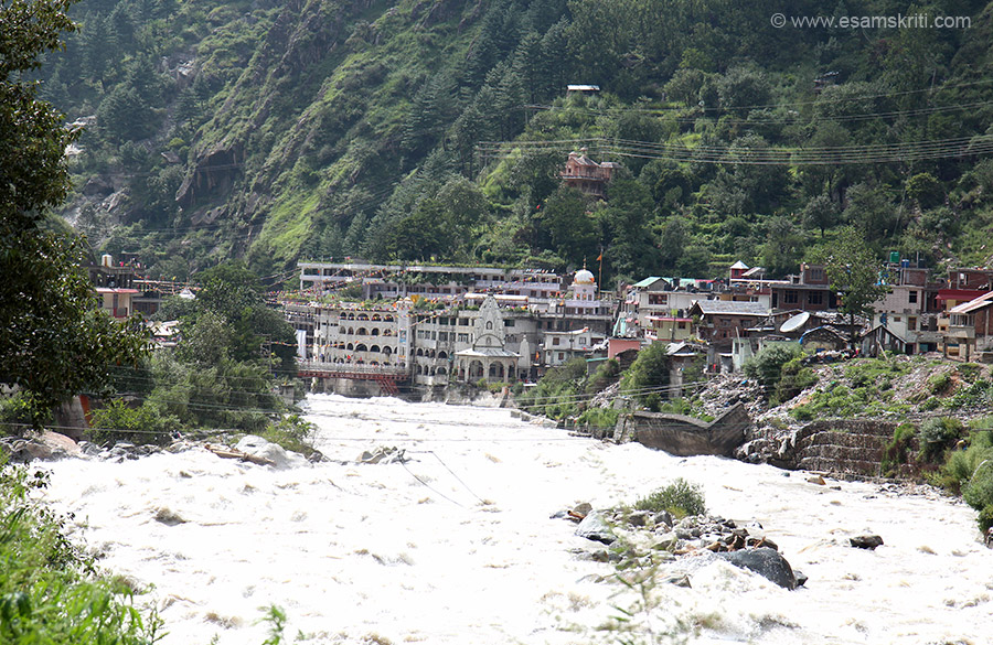 Overview - temple in front next to it is a Dera (called Gurudwara). All this in the very scenic Parvati Valley. Water of river Parvati rushes at great pace.