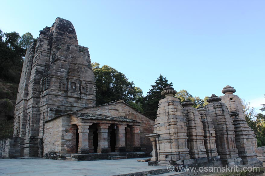 U see main temple with shrines in front. There are temples on left and right side of main temple. It has a curvilinear shikhara of Nagra style with square Garbhagriha while the Antralas