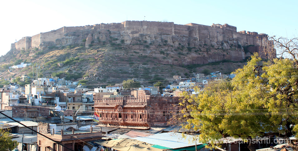 During the Heritage Walk went to a temple, part of which has now become a hotel. From its terrace, much against the wishes of the owner, clicked this side view pic of Mehrangarh 