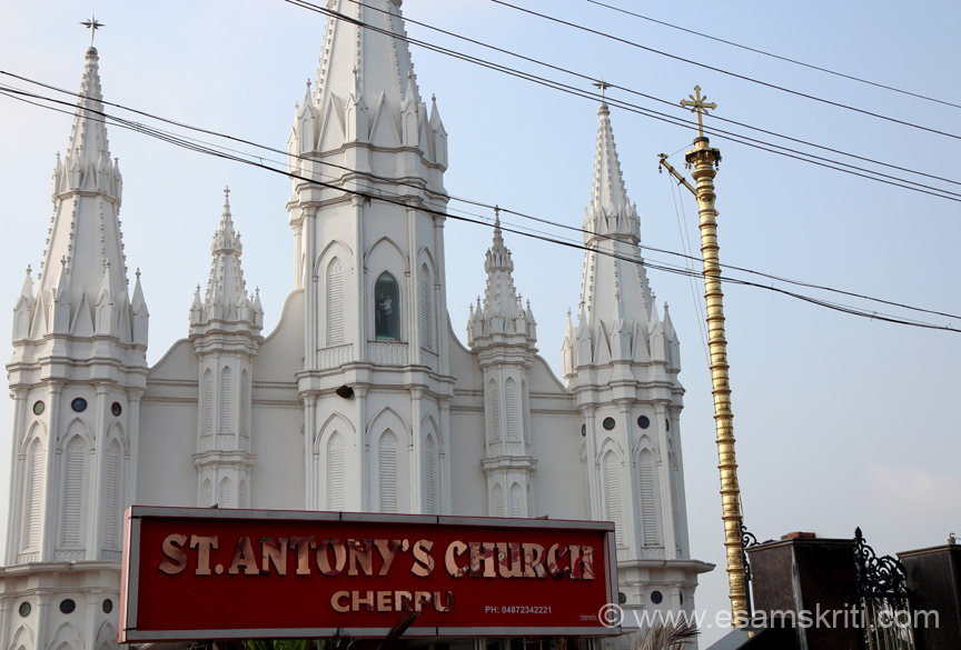 On right of pic you see Dwajastambha. On important occasions like temple festivals, the flag is hoisted for the duration of the festival. In Guruvayur temple an image of Krishna was on top of the Dwajastambha. Instead here