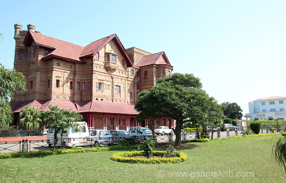 Another view of the Palace. There is something abouts its design which I loved. Today it houses a photo gallery on its ground floor and library on higher floors. During 1730 the Dogra rulers built the city of Jammu as their capital and adorned it with various temples.