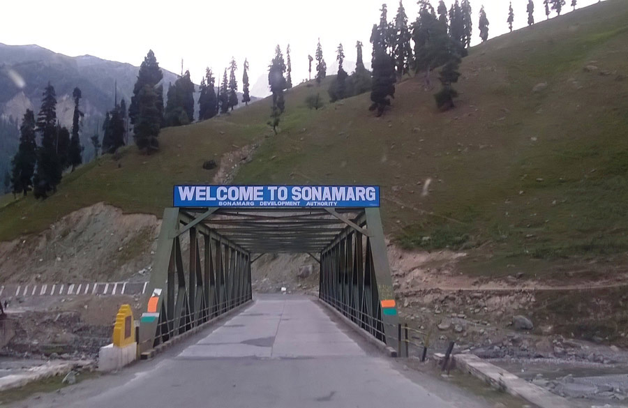 Entering Sonmarg, the scene of many a Bollywood movies of yore.