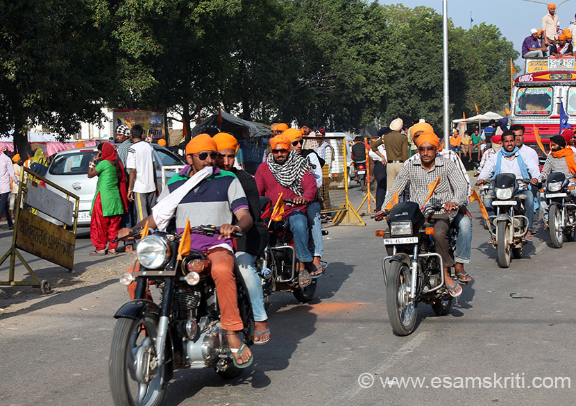 On the main road in Anandpur saw hundreds of youngsters on motor cycles with flags as you see. Inspite of lots of traffic they tried to drive as fast as they could. Hola Mohalla is an 
