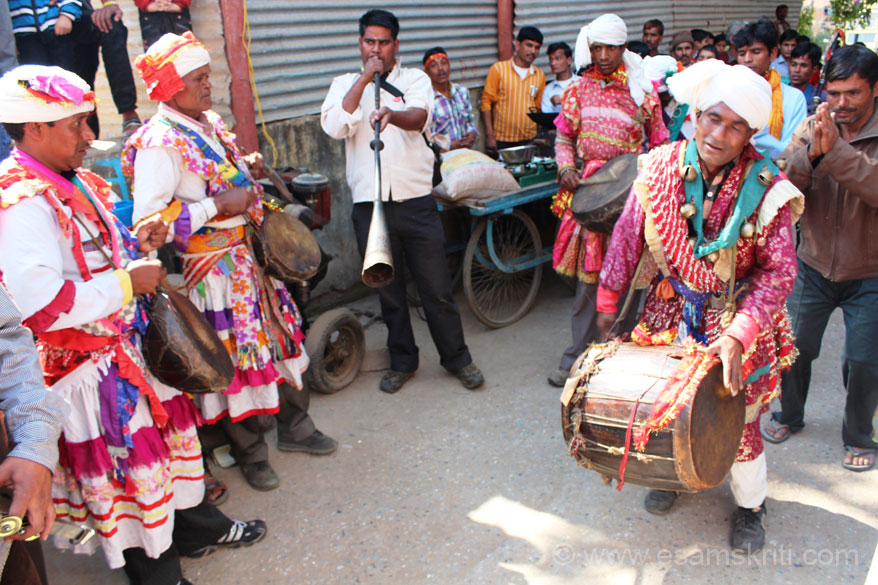 Music and dance are part of every procession. U see the musicians - note their colorful dress. Saw a similar dress of musicians at the Chaliya Utsav in Pithoragarh.