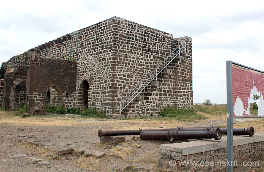 "Cannons at entrance. Structure that you see in front was used to store grains. Elephants brought grains in which were offloaded and stored here. U also get a very good view of fort from here. ""There are two tanks in the fort known as machali guns amongst which important are the ""hathi toph"" and magar Toph""."