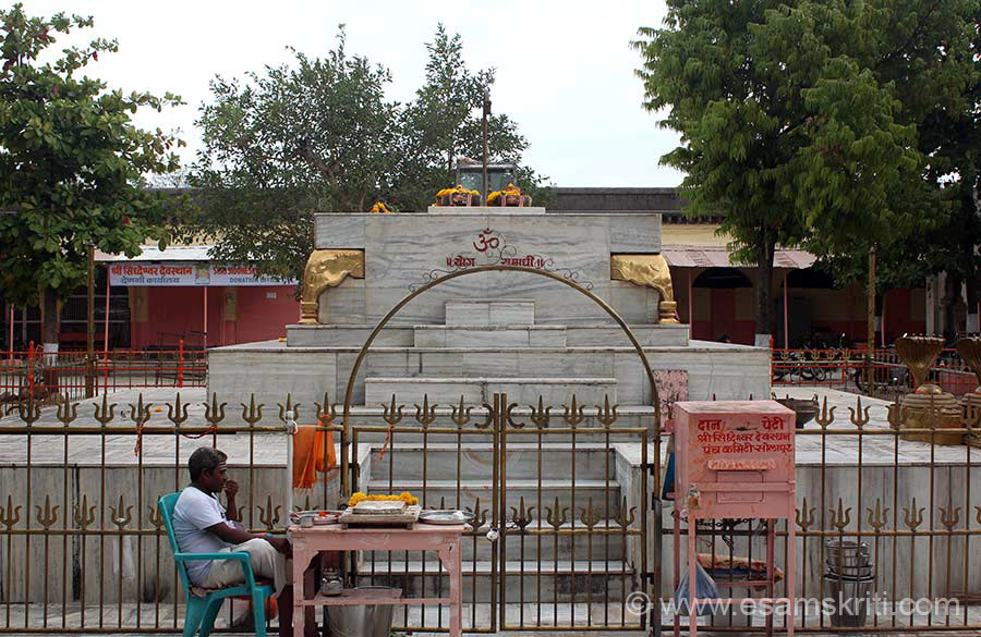 "As you enter temple is a courtyard where you see the Samadhi of Shri Siddeshwar. Solapuri chaddhars and towels are famous due to their unique design. Weaving is done by the Padmashali community. Bidriware, Mashru and Himroo handicrafts are famous. Detail in captions taken from site  <a href=""http://www.solarpuronline.in/"" target=""_blank"">Click here</a>"