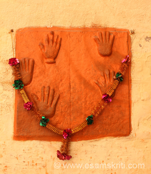 As you walk up the fort you see some symbolic hands sculpted on a vertically fixed stone slab. These are SATI hands, reminders of the Royal ladies who committed Sati.