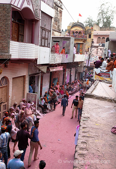 Of the two lanes that lead to the centre point where Lathmar Holi is played this is one. With time it is packed to capacity. Crowds on top of buildings and in balconies.
