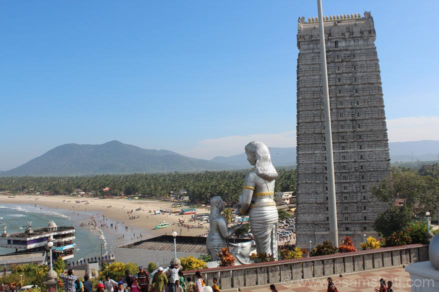 This picture is from the hill top. U get an overview of Murdeshwar beach. Murdeshwar combines worship of the Lord, attraction of 123 feet image of Lord Shiva and beach seamlessly. 