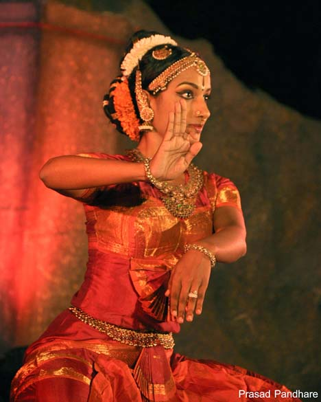 Dancer is Yamini Reddy - Shivas bhavabhinaya meaning expressions. This picture and many others that bear his name are by Prasad Pandhare. Met him at the festival. Loved his pictures and he readily agreed to share. He is a professional photographer. U can contact him at 91 9920692188 or mail him prasad.pandhare@gmail.com