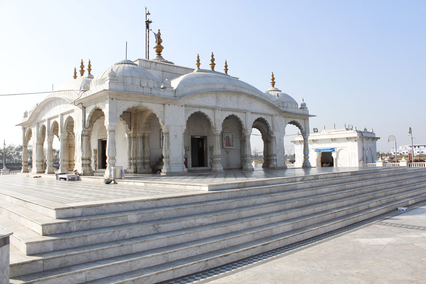 Another view of the temple. On the right is temple entrance. Brother of Mahavir King Nandivardhan built a small temple at this very place. The temple has got renovated from time to time.