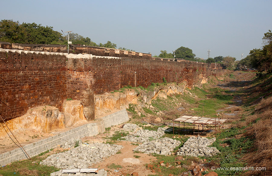 Temple is within the Sivaganga Little Fort and is surrounded by a moat on east, west and north. Typically all forts have water moat around them be it in Rajasthan, Vellore, Imphal. Total area 