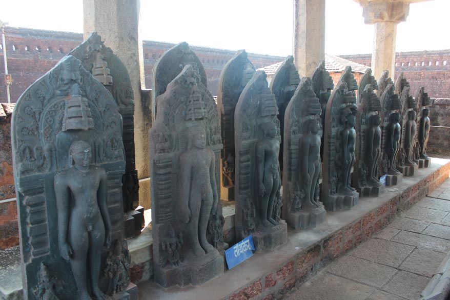 Behind the image of Bahubali are smaller images of the various Jain Tirthankaras that u see.