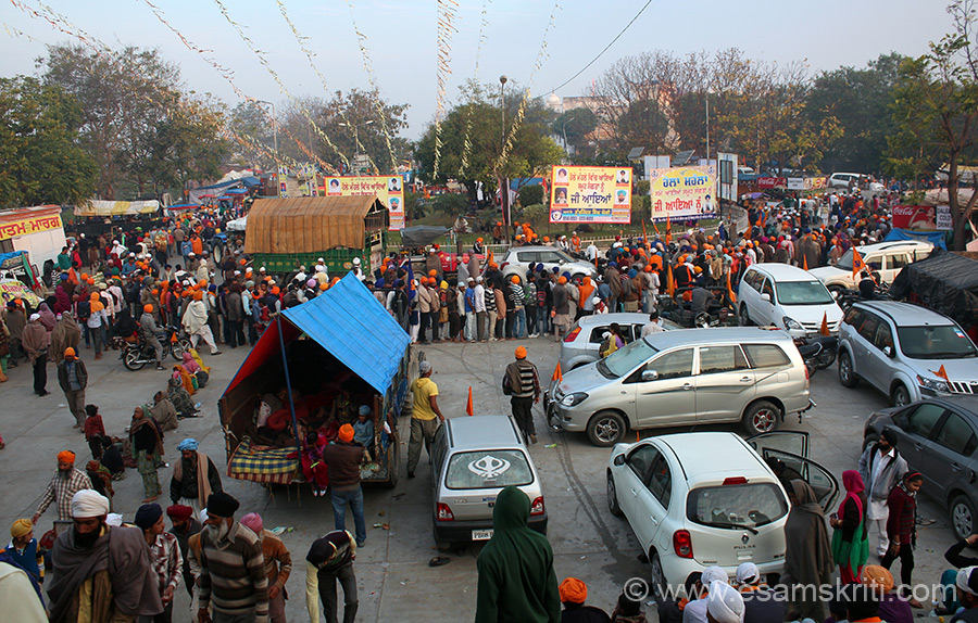 Keshgarh Sahib and Anandgarh Sahib stand on a hill. The two of them are joined by a road that you see. Left centre of pic u see tractor trolley - covered is an eg of how devotees use it to sleep.This festival was started by Guru Govind Singhji on 22/2/1701 by overseeing a day of mock battles to demonstrate their martial skills in simulated battles.  It is for this reason that GATKA forms an important part of the festival.