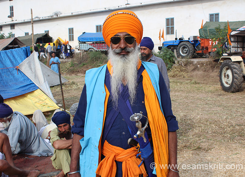 Met a number of Nihangs (warriors). There was a huge open area where Nihangs had set up their tents, langars and doing prayers. Really liked this dashing Nihang with his Ray Ban