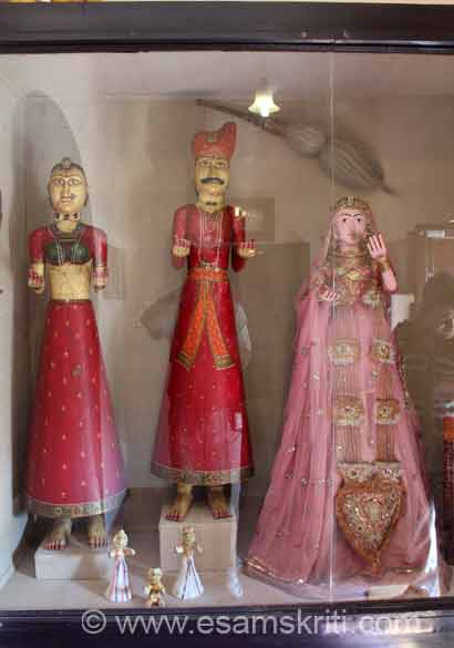 This is typical dress worn during the Gangaur Festival. To know all about Gangaur Festival <a target=_blank href=http://www.jaipur.org.uk/fairs-festivals/gangaur-festival.html>Click here</a>