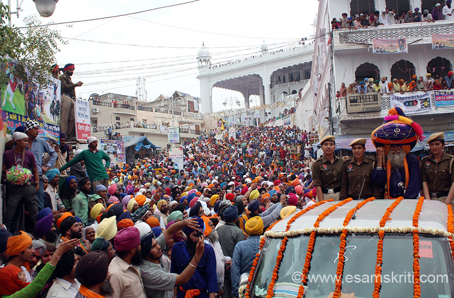 On Hola Mohalla day a procession of the Panj Pyaras (5 beloved ones) is taken from Keshgarh Sahib thru to the streets of Anandpur. U see procession at entrance to Keshgarh Sahib (crowd