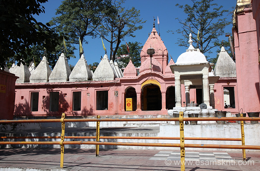 Right side of pic is Kashi Vishwanath Mandir. Below the white shikharas are lingams as you shall see in pic no 8.