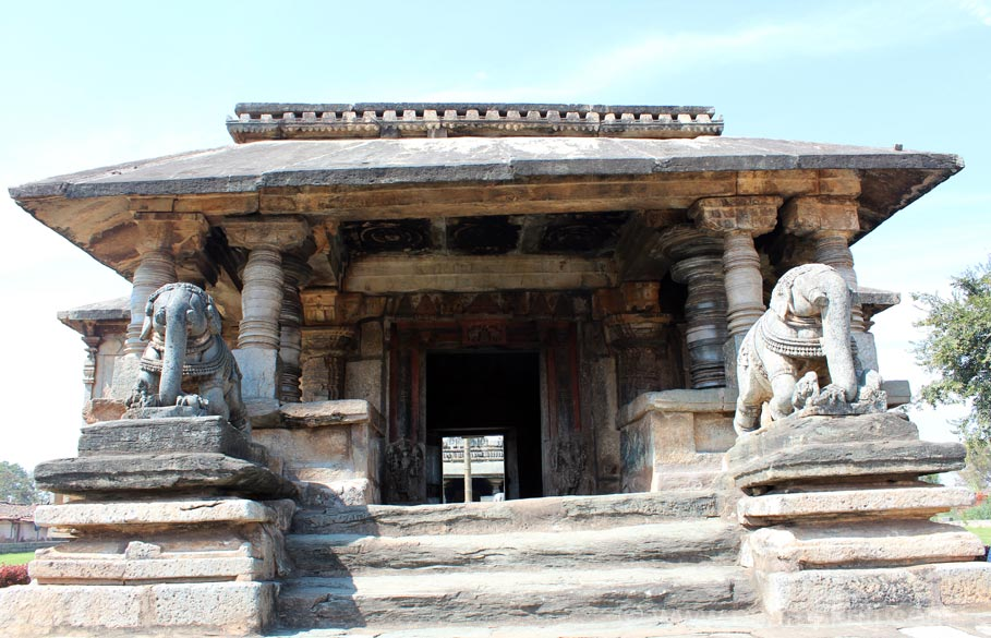 About 30 minutes drive from Halebidu temples is the Veer Narayanswamy Temple at Belavadi. Guide Ramesh insisted I go there, am glad I did. U see entrance to temple. Structure is called
