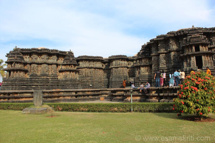 Western side of temple. Sculptures on this side are magnificent as u shall see later. Left to right first is stone chariot, sculptures, stone chariot, sculptures but temple goes inside, then straight