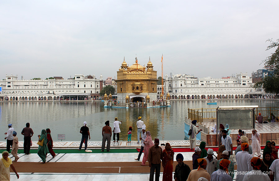 This pic gives you a first view of the temple complex as soon as you enter. A 38 feet wide promenade that you see in front runs around the holy tank. Before that one can take a dip in the holy tank. Board